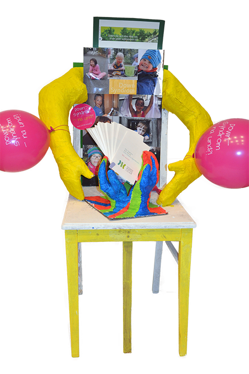 Stuhl-Kunstwerk der Selbsthilfegruppe für Eltern von Kindern mit Down-Syndrom